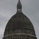 La chappelle Saint-Julien avec son dôme principal où les pigeons s'agglutinent